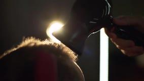 Friseur trocknet dunkelhaarigen Kunden mit hairdryer Feld Mann gekämmt und mit einem Hairdryer am Friseur getrocknet stock video