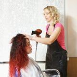 Friseur trocknet Haar Stockfotos