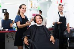 Friseur und Kunde am Schönheitssalon lizenzfreies stockbild