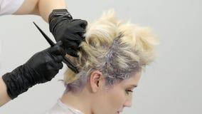 Friseur verursacht die Farbe zu den Wurzeln des Modells, Abschluss oben stock video footage