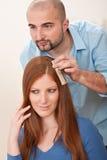Friseur wählen Haarfärbungsfarbe am Salon Lizenzfreie Stockbilder