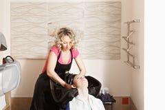 Friseur wäscht Kopf lizenzfreies stockfoto