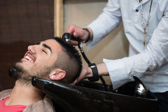 Friseur Washing Man Head in Barber Shop Stockfotografie
