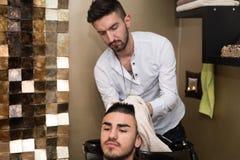 Friseur Washing Man Head in Barber Shop Stockbild