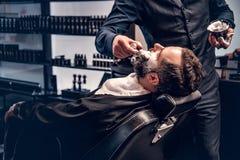 Friseur wendet das Rasieren des Schaums an lizenzfreies stockfoto