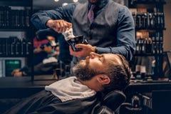 Friseur wendet das Rasieren des Schaums an stockfoto