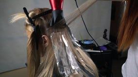 Friseurfarbtonhaar im Studio stock video footage