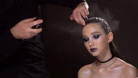 Friseurfestlegungshaar der herrlichen Frau mit Haarspray Dunkler Hintergrund stock video
