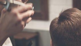 Friseurhaarschnitt frisur Friseurausschnitthaar mit Scheren und Kamm am 29 Mann, der Haarschnitt erhält stock video