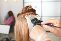 Friseursalon. Färbung. stockfotografie