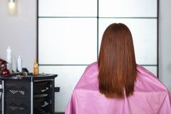 Friseursalon. Frauen ` s Haarschnitt. Hintere Ansicht. stockfotos