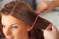 Friseursalon. Frauen ` s Haarschnitt. Kämmen. lizenzfreie stockbilder