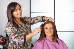 Friseursalon. Frauen ` s Haarschnitt. Kämmen. stockbild