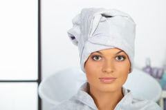 Friseursalon. Junge Frau mit Tuch auf Kopf. stockbilder
