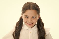 Friseursalonservices für kleines Mädchen Kleines Mädchen, das mit dem langen Haar lokalisiert auf Weiß lächelt Glückliches Kind m lizenzfreies stockfoto