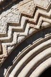 friso geométrico de um portal medieval Foto de Stock