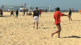 Frispark i en strandfotbolllek på copacabanastranden i rio stock video