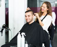 Frisör som gör frisyren Royaltyfria Bilder