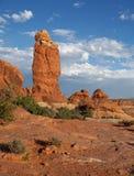 Fristående röd Navajosandstenhöjdpunkt i en torr ökenmiljö