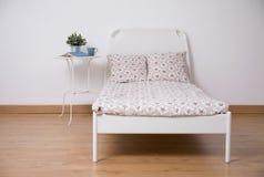Fristående säng i tonårigt rum Royaltyfri Foto