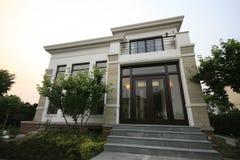 fristående villa Arkivfoton