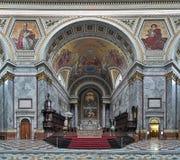 Fristad och altare av den Esztergom basilikan, Ungern royaltyfria foton