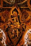 Fristaden av sanning är en tempelkonstruktion i Pattaya, är Thailand Fristaden är enträ byggnad som fylls med skulpturer royaltyfri bild