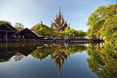 Fristaden av sanning och parkerar i Pattaya som reflekterar i vatten Arkivfoto