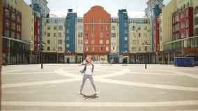 Fristil för dans för gata för lycklig kvinna för balettdansör caucasian stads- i staden lager videofilmer