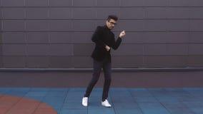 Fristil för dans för gata för dräkt för lycklig dansareman bärande skraj i staden arkivfoto
