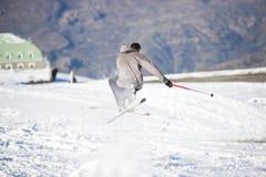 Fristil skidar förklädet med korsat skidar Fotografering för Bildbyråer