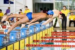fristilen för 100 uppgiftspojkar meters simning Arkivfoton