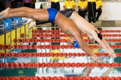 fristilen för 100 uppgiftspojkar meters simning Arkivfoto