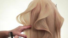 Friseur Macht Eine Welle Aus Dem Haar Heraus Wellenförmiges Haar