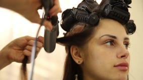 frisur die Hände des Friseurs, zum an dem Haar des Kunden am Salon zu arbeiten stock footage