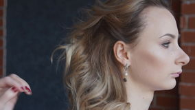 Frisur, Friseur ` s Hände, zum an Kunde ` s Haar am Salon zu arbeiten stock video