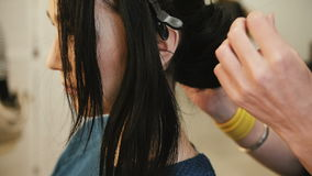 Frisur, Friseur ` s Hände, zum an Kunde ` s Haar am Salon zu arbeiten stock video footage