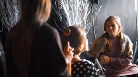 Frisur, Friseur ` s Hände, zum an Kunde ` s Haar am Salon zu arbeiten stock footage