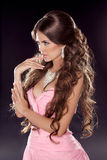 Frisur. Langes gewelltes Haar. Modefoto der jungen Frau. Sexy Gi Stockbild