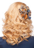 Frisur mit stilvoller Haardekoration Stockbild