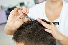 Frisur am Schönheitswohnzimmer Stockfotografie