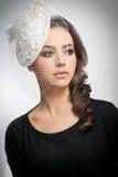 Frisur und bilden - schönes Kunstporträt des jungen Mädchens Netter Brunette mit weißer Kappe und Schleier, Atelieraufnahme Attra Lizenzfreies Stockfoto