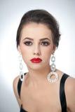 Frisur und bilden - schönes weibliches Kunstporträt mit Ohrringen eleganz Echter natürlicher Brunette mit Schmuck Lizenzfreie Stockfotografie