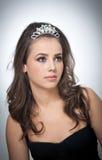 Frisur und bilden - schönes weibliches Kunstporträt mit schönen Augen Echter natürlicher Brunette mit Schmuck, Atelieraufnahme Lizenzfreie Stockfotografie
