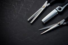 Frisurnwerkzeuge auf schwarzem Hintergrund mit Kopienraum oben lizenzfreie stockbilder