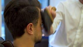 Frisyr för ung man och rakat lager videofilmer