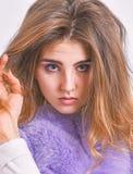 Frisyr för volym för hår för handlag för kvinnamakeupframsida Spetsar för vinterhåromsorg som du bör följa Begrepp för håromsorg  fotografering för bildbyråer