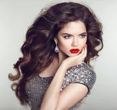 frisyr Lyxiga smycken Stående för modell för skönhetmodeflicka r royaltyfria foton