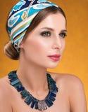 Frisyr med sjaletten Closeupstående av den unga kvinnan med halsbandet Arkivbilder