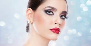 Frisyr och smink - härlig kvinnlig konststående med härliga ögon. Elegans. Äkta naturlig brunett i studio. Stående Royaltyfri Foto